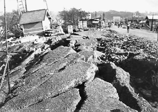 地震后地面裂开,塌陷.